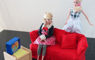 Barbie-Sofa aus Tempobox und Stoffresten