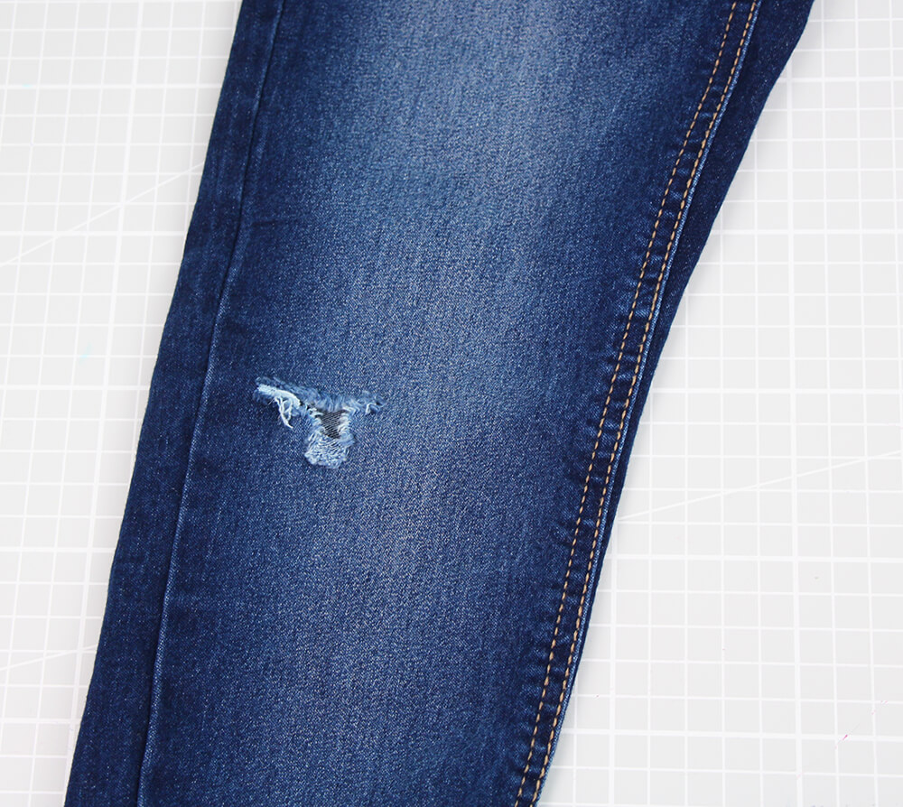 Jeans am Knie flicken - 01 Loch