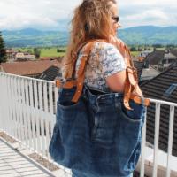 Tasche_aus_einer_alten_Jeans_Artikelbild_mit_Ledergurten_Upcycling