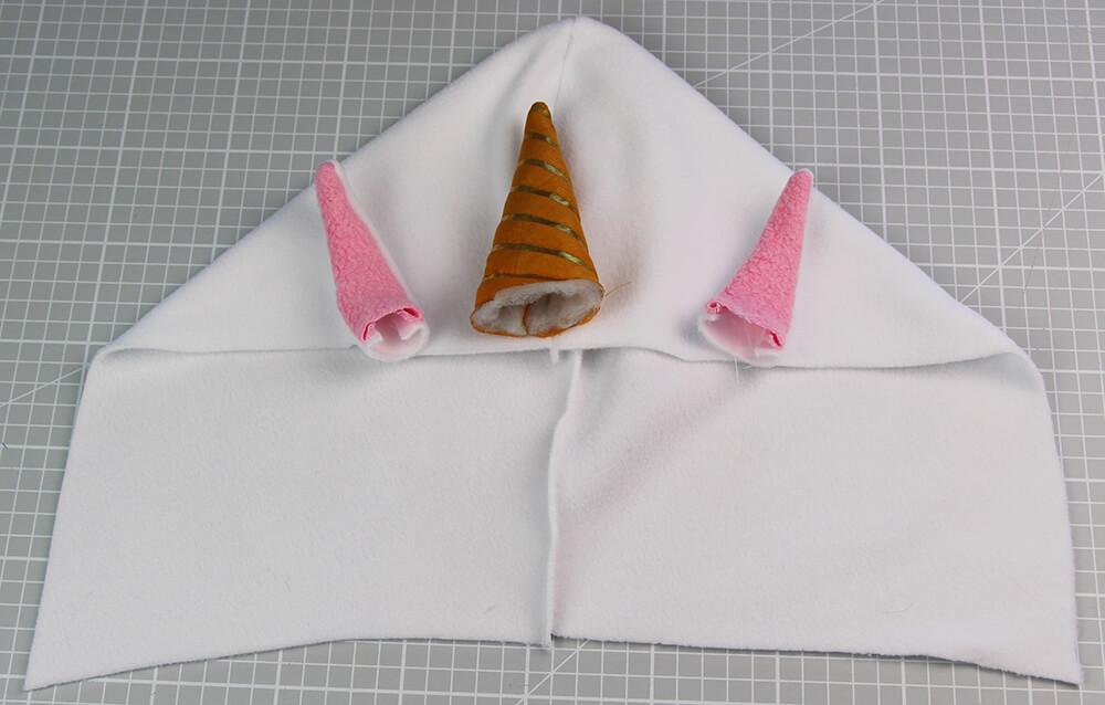 Einhorn-Hoodie - Hoodie mit Tierohren nähen - 09 Teile annähen