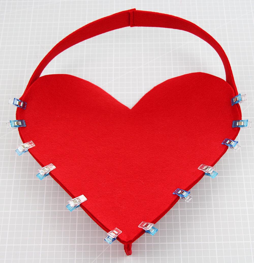 Herzförmige Geschenktasche nähen für Muttertag - 03 Seite annähen